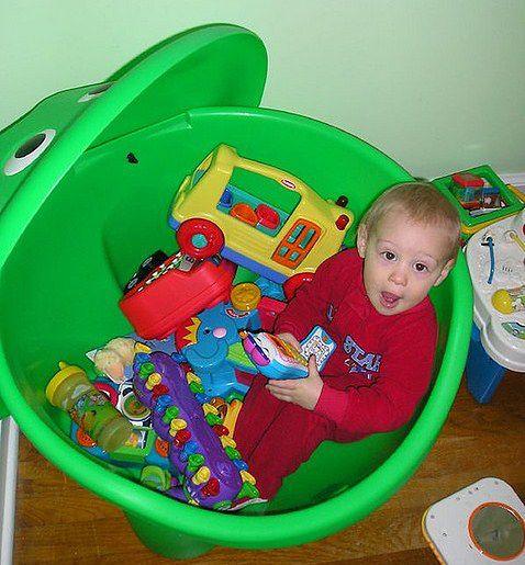 Zielony pojemnik na zabawki