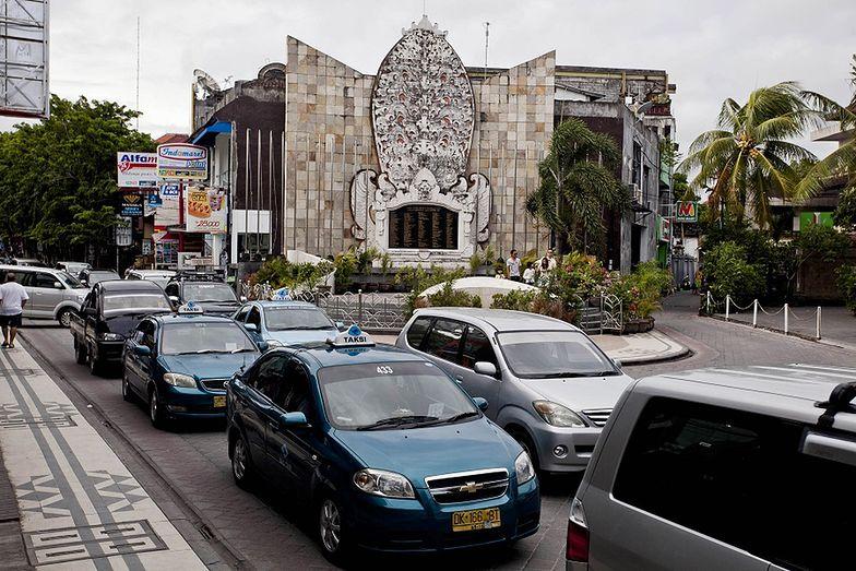 Matka wyrzuciła niemowlę z pędzącego autobusu na Bali
