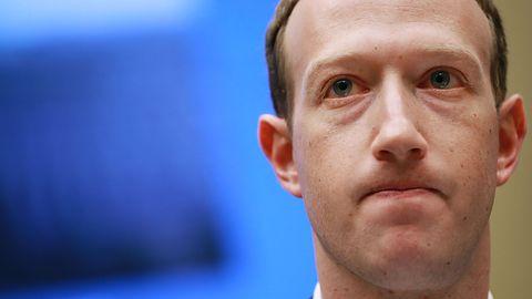 Facebook próbował zablokować rozprzestrzenianie się teorii QAnon. Nie dał rady
