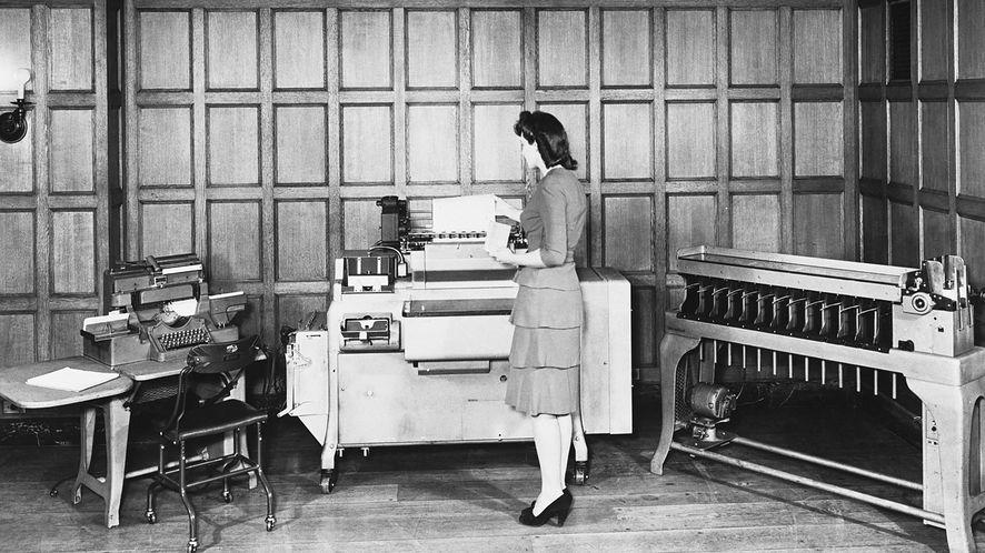 Sprzęt firmy IBM, pracujący z kartami perforowanymi, lata czterdzieste (Getty / Bettmann / Contributor)