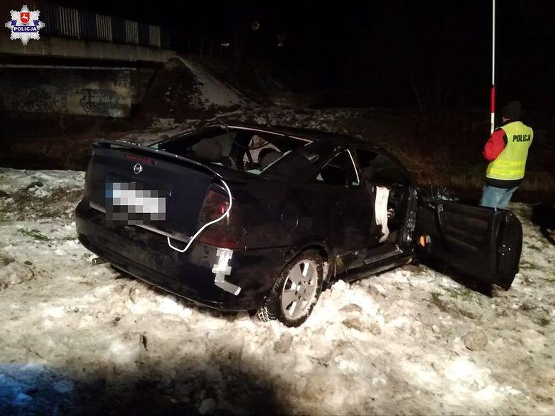 Brawura poniosła 18-latków. Opel wylądował w rzece