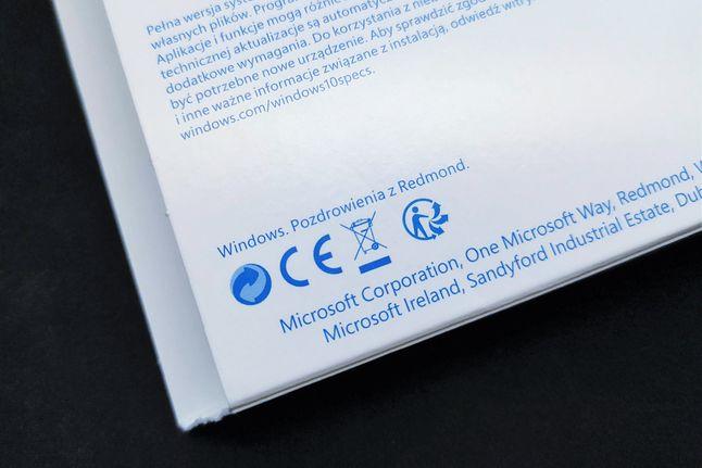 Pudełko z Windows 10 Home i żarcik w stylu Microsoftu, czyli pozdrowienia z Redmond, fot. Oskar Ziomek