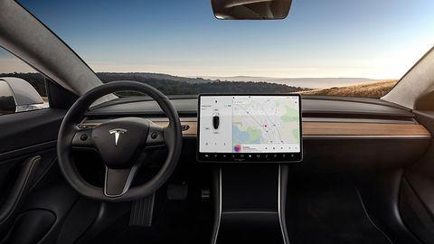 Tesla kończy z darmowym i nielimitowanym pakietem Internetu w swoich autach