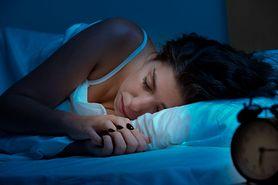 Dlaczego powinieneś przestać spać na prawym boku? Poznaj 5 powodów