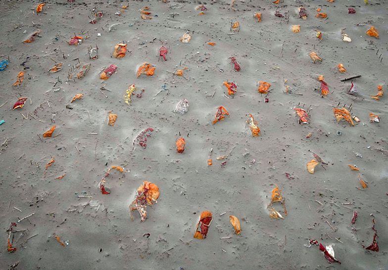 Ofiary COVID-19 pochowane na brzegu rzeki. Szokujące zdjęcia z drona