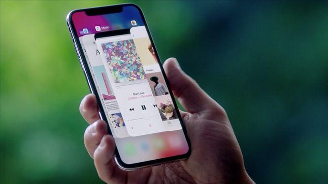 iPhone X z kontrowersyjnym wcięciem w górnej części ekranu.