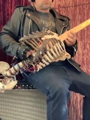 Książę Północy wykonał gitarę ze szkieletu zmarłego wujka