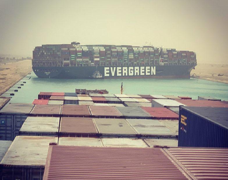 Kanał Sueski zablokowany w obie strony. Utknął w nim gigantyczny statek