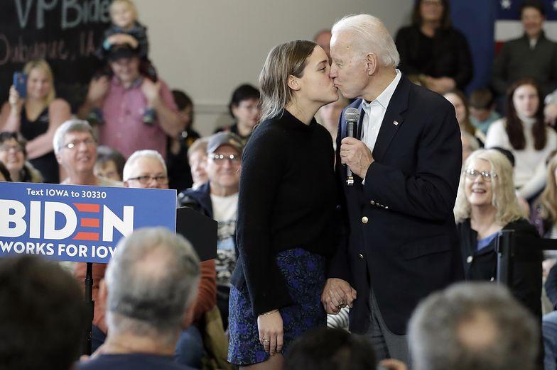 Joe Biden całuje wnuczkę podczas wiecu w stanie Iowa.