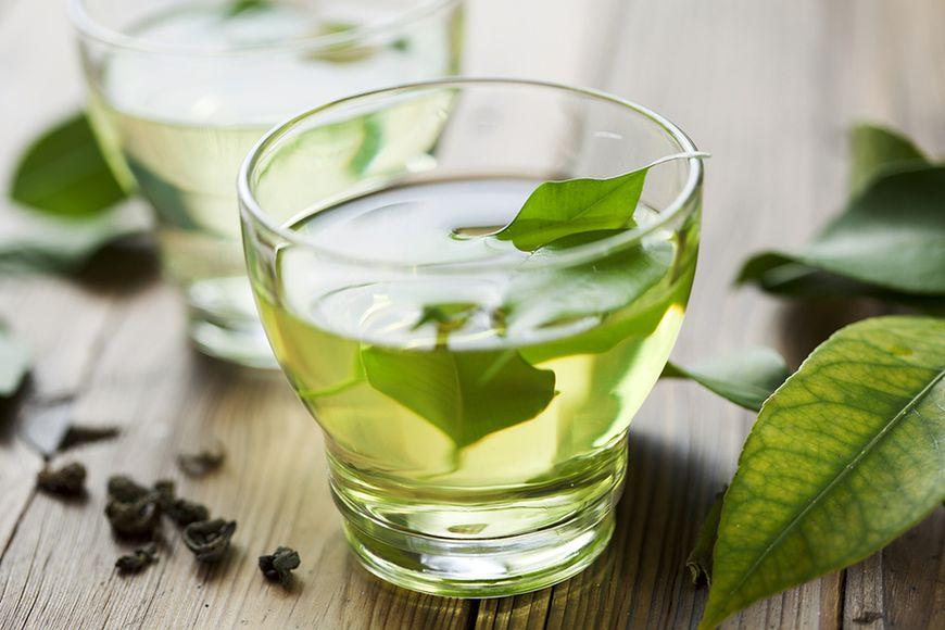 Picie zielonej herbaty