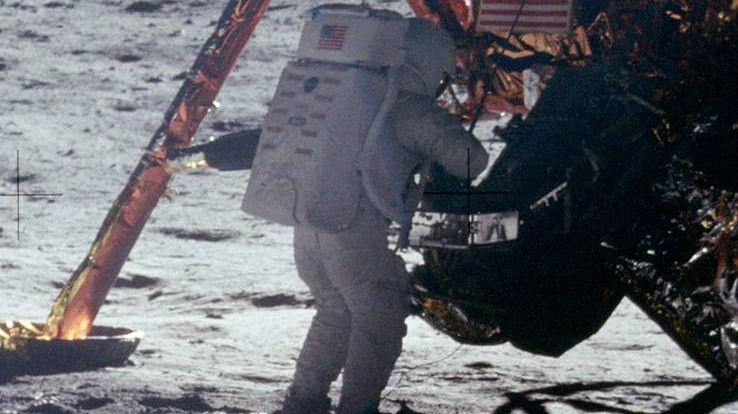 Neil Armstrong przy module księżycowym misji Apollo 11