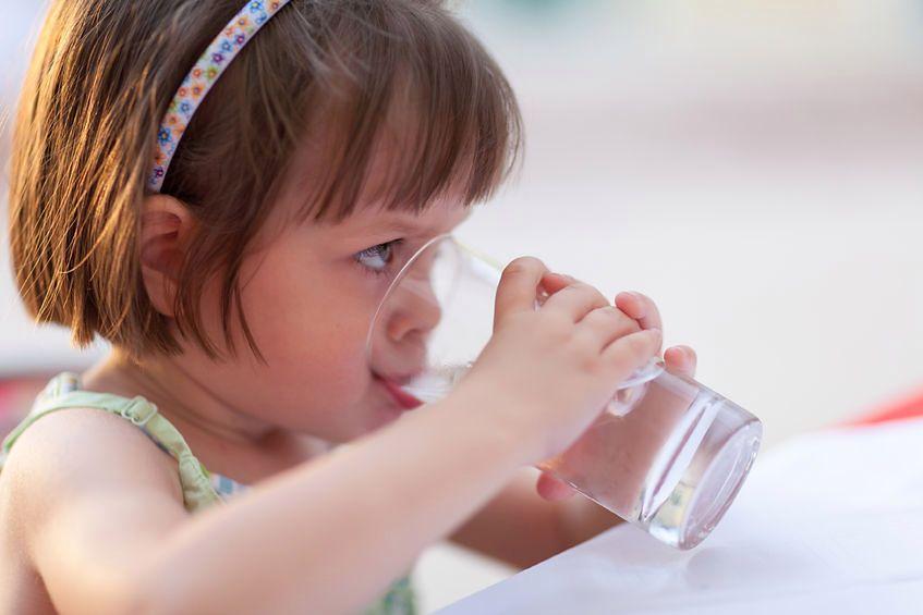 Picie wody utlenionej to kontrowersyjna praktyka