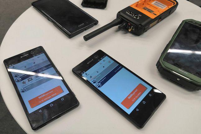 na pierwszym planie smartfony z aplikacją do komunikacji kryzysowej 5G
