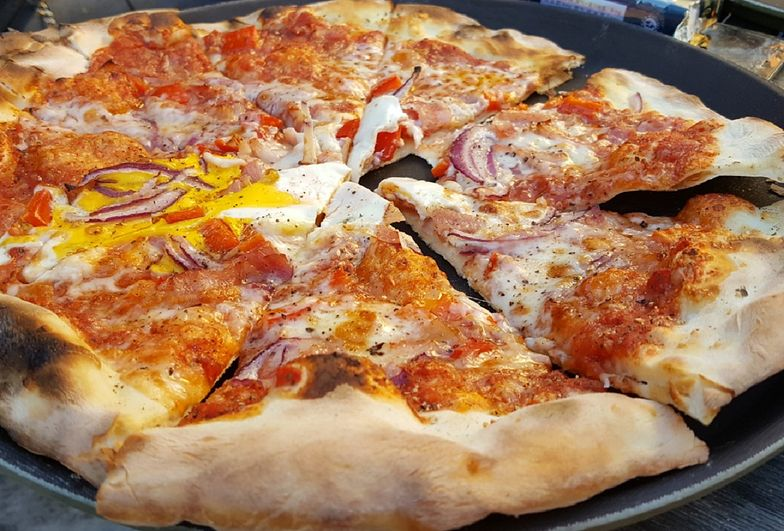 Domowa pizza na cienkim cieście to idealny pomysł na weekend