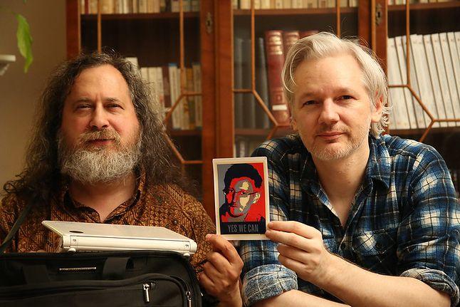 Antysystemowi Stallman i Assange trzymają zdjęcie Snowdena.