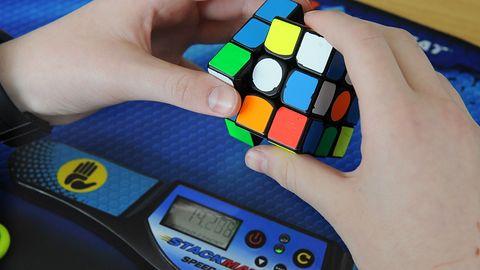 Kostka Rubika w zrobotyzowanej ręce. Badacze z OpenAI postawili na sztuczną inteligencję