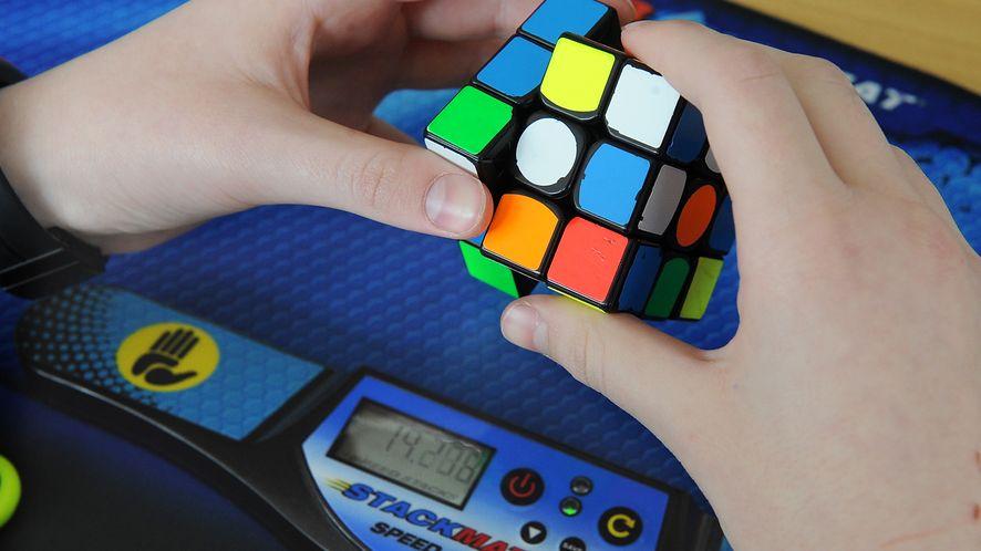 Ręka-robot ze sztuczną inteligencją uczy się układać kostkę Rubika, fot. Getty Images