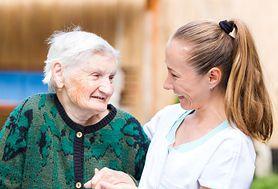 Święta z seniorem, czyli jak połączyć świąteczne wyzwania i opiekuńcze obowiązki?