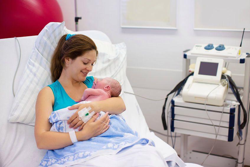 Wpływa na długość akcji porodowej
