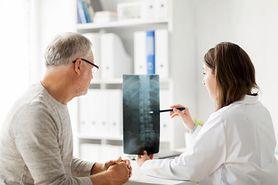 Zesztywniające zapalenie stawów kręgosłupa (ZZSK) - objawy, leczenie