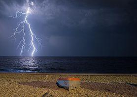 Jak zachować się podczas burzy? Ratownik wyjaśnia, jak pomóc osobie porażonej piorunem
