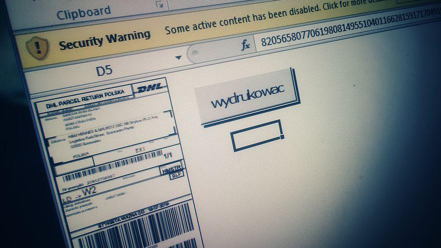 """Sprawdzamy, jak działa trojan z maili """"od DHL"""" (fot. Kamil Dudek)"""