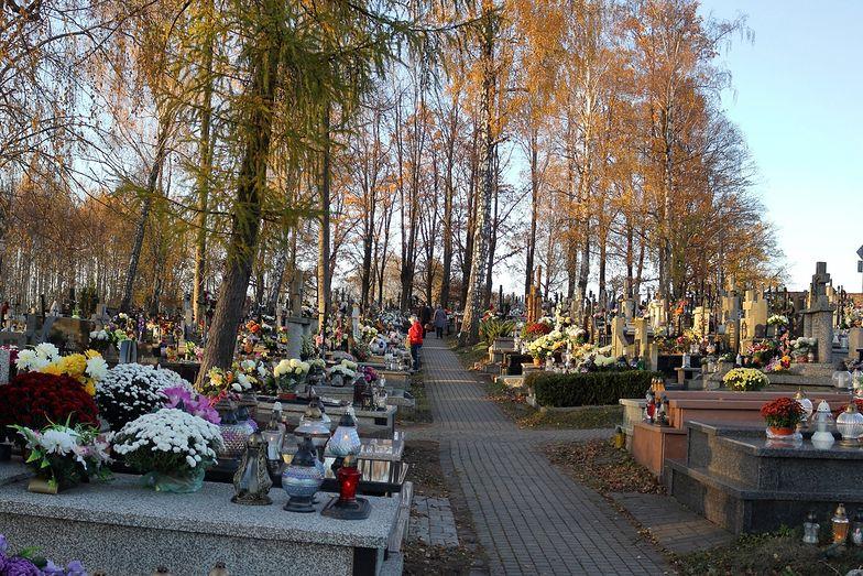 Gigantyczne kolejki na cmentarzach. Sytuacja jest dramatyczna