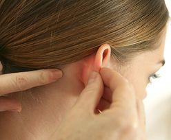 Objaw boreliozy może pojawić się przy uchu. Nie chodzi o rumień