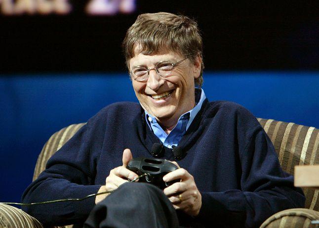 Bill Gates gra na Xboksie i zdaje się dobrze bawić, fot. Jeff Christensen/WireImage