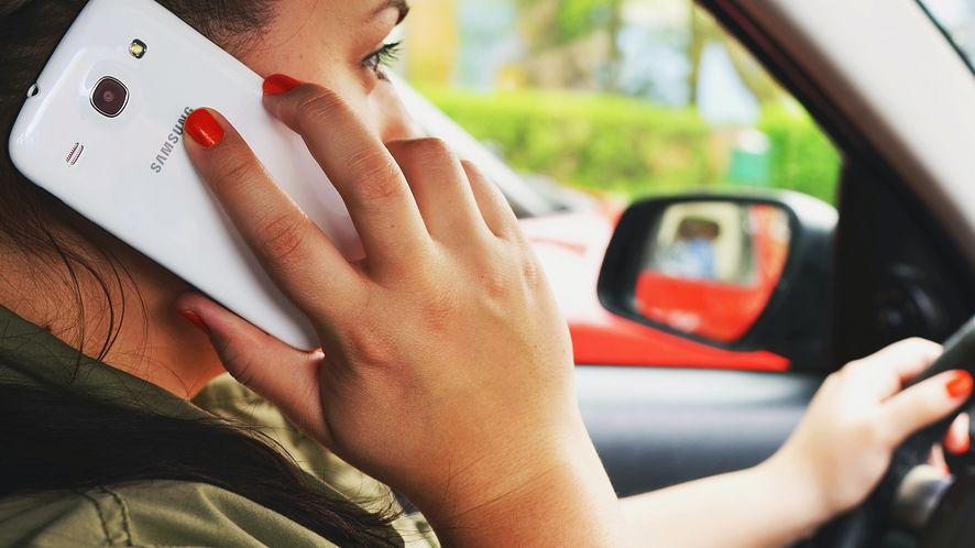 Google ma patent, jak zabronić kierowcom korzystania ze smartfonów w aucie, fot. Pexels