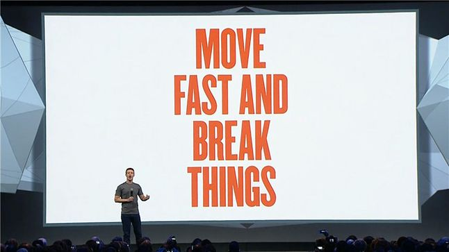 Mark Zuckerberg i jego dawne motto (fot. Hackernoon)