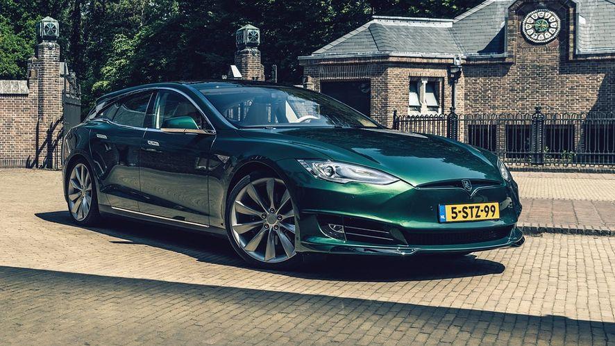 Tesla to auto naszpikowane nowoczesną technologią. Producent regularnie dodaje nowe funkcje. (fot. projekt marki RemetzCar)