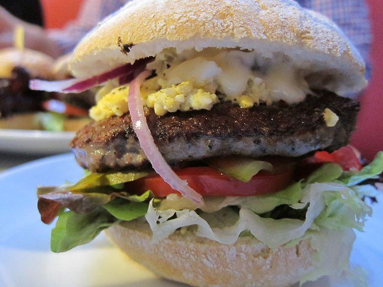 Zamiast frytek zamów drugiego burgera. Kontrowersyjna dietetyczki rada na temat jedzenia w fast foodach