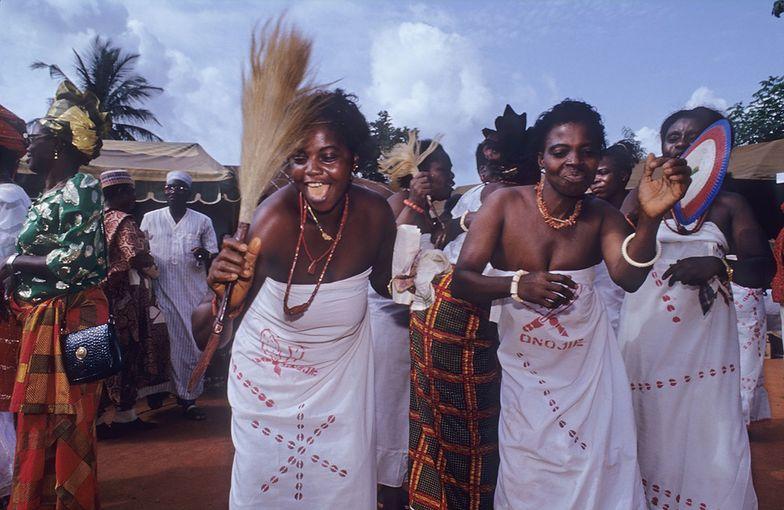 Władze stanu płacą posag pannom młodym przed masowym ślubem