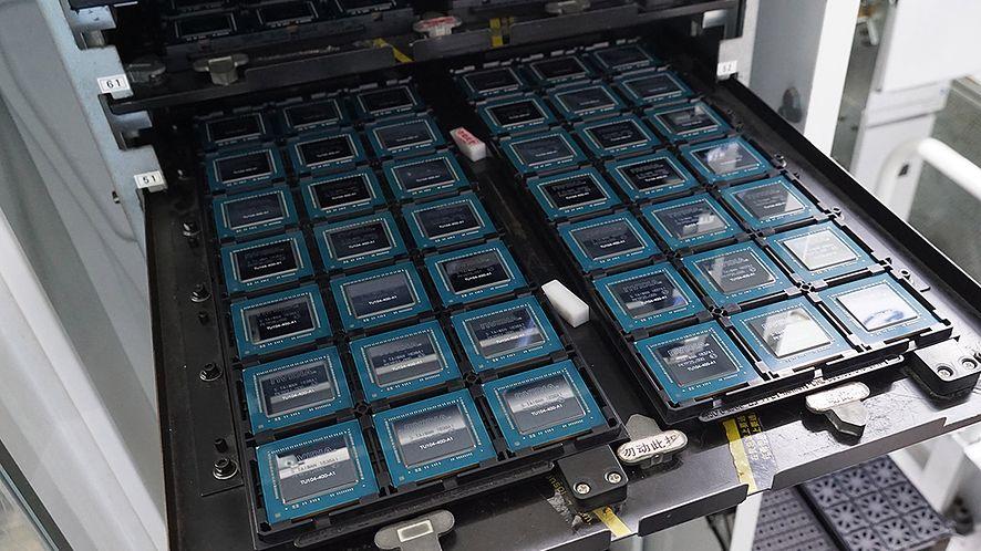 Czipy Nvidia Turing TU104-400. Źródło: Akiba PC Hotline!