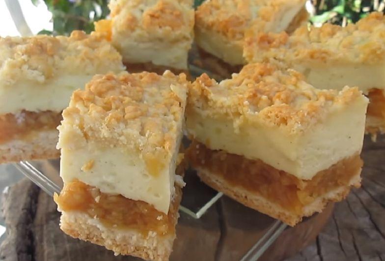 Szarlotka bez pieczenia to idealny pomysł na deser. Składniki potrzebne do jej wykonania z pewnością znajdziesz w swojej kuchni.