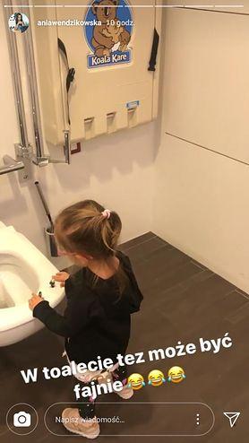 """""""W toalecie też może być fajnie"""". Popularna polska dziennikarka pozwala dziecku na zabawę w """"niezwykłym"""" miejscu"""