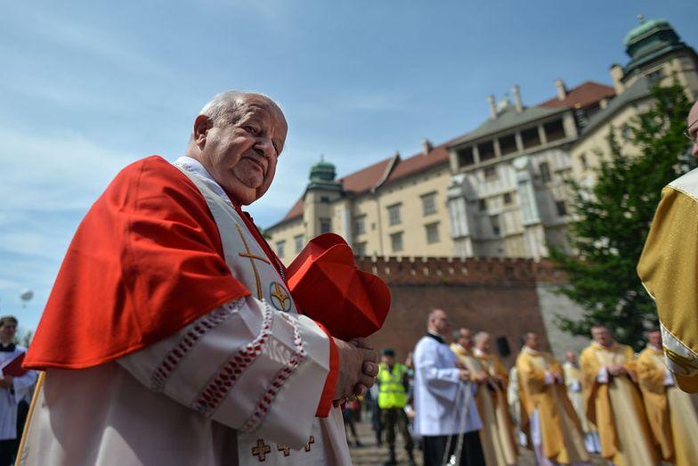 Ksiądz molestował Janusza Szymika. Osobisty sekretarz Jana Pawła II komentuje