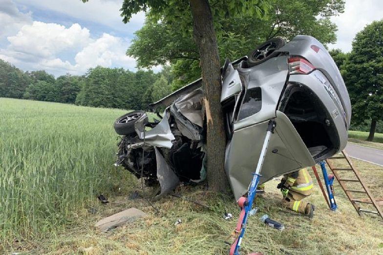 Honda zawinęła się na drzewie. Jechał za nią nieoznakowany radiowóz policji