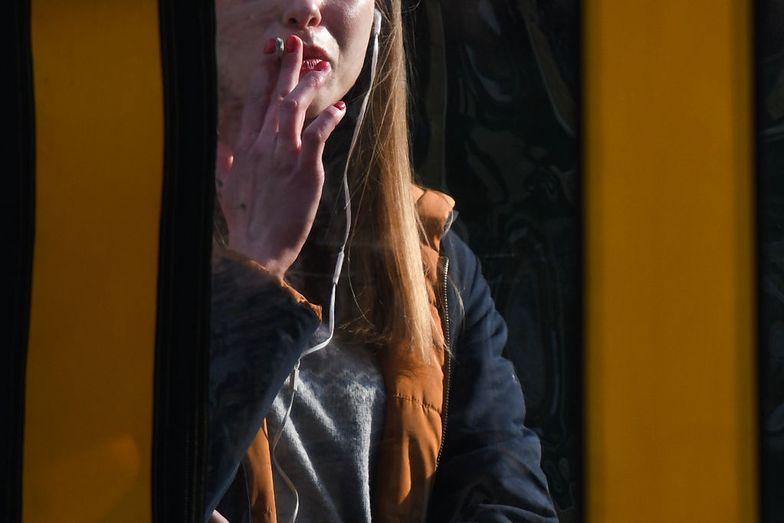 Koronawirus. Jakie kary obowiązują za picie i palenie na ulicy?
