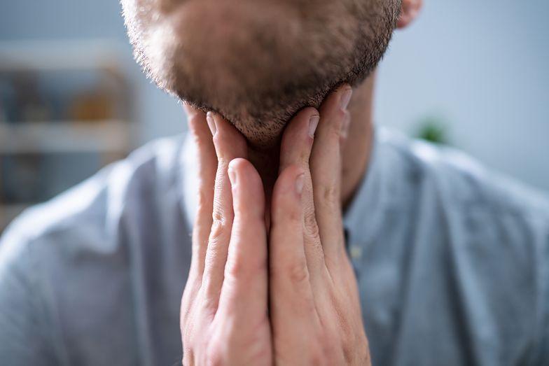 Pojawia się na szyi. To znak, że rak atakuje organizm