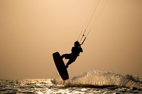 Kitesurfing, czyli pływanie na desce z latawcem