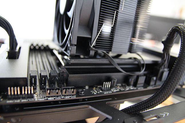 Nałożony wentylator koliduje z radiatorem VRM płyty głównej.