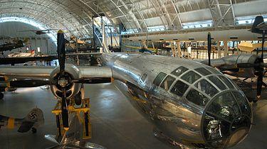 """Najpiękniejszy i najbardziej zaawansowany bombowiec drugiej wojny światowej. - """"Enola Gay""""- samolot, który w kilka chwil pozbawił życia dziesiątki tysięcy Japończyków. Teraz stoi spokojnie w Steven F. Udvar-Hazy Center."""
