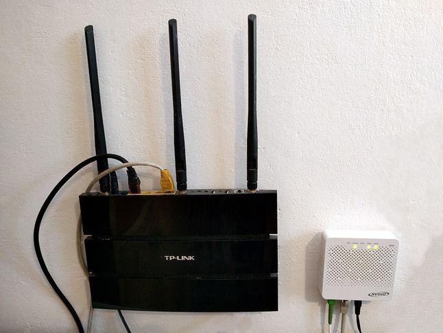Router w parze w modemem swiatłowodowym.