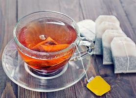 Okłady z herbaty na opuchnięte oczy (WIDEO)