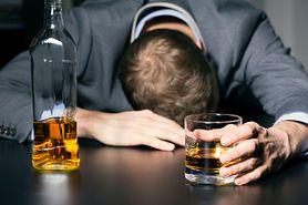 Cztery symptomy, które mogą świadczyć o tym, że masz problem z alkoholem (WIDEO)
