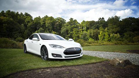 Tesla i dwie aktualizacje: auto rozpoznaje znaki, aplikacja ma polski interfejs