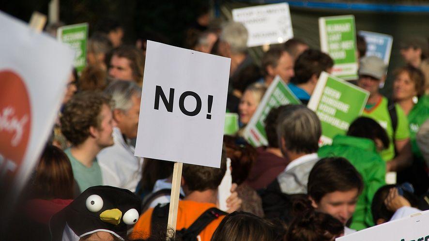 Komunikator na protesty (fot. Niek Verlaan, Pixabay)