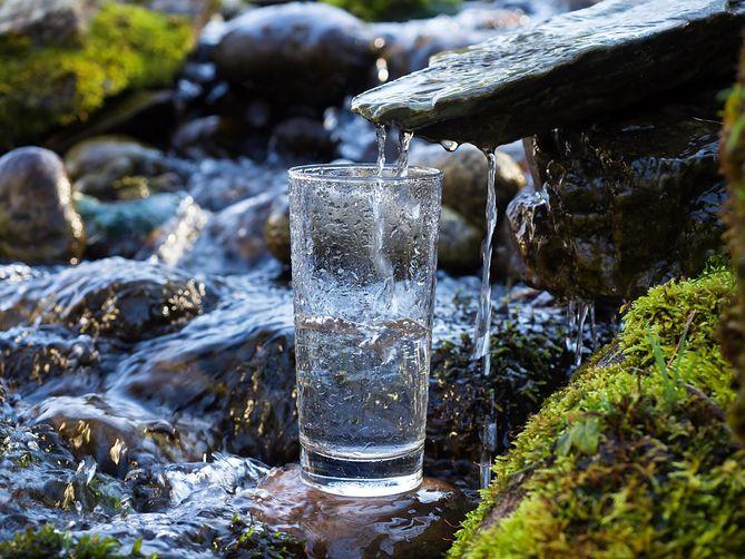 Z głębin do butelki. Jaką drogę przebywa woda źródlana, zanim trafi na nasze stoły?
